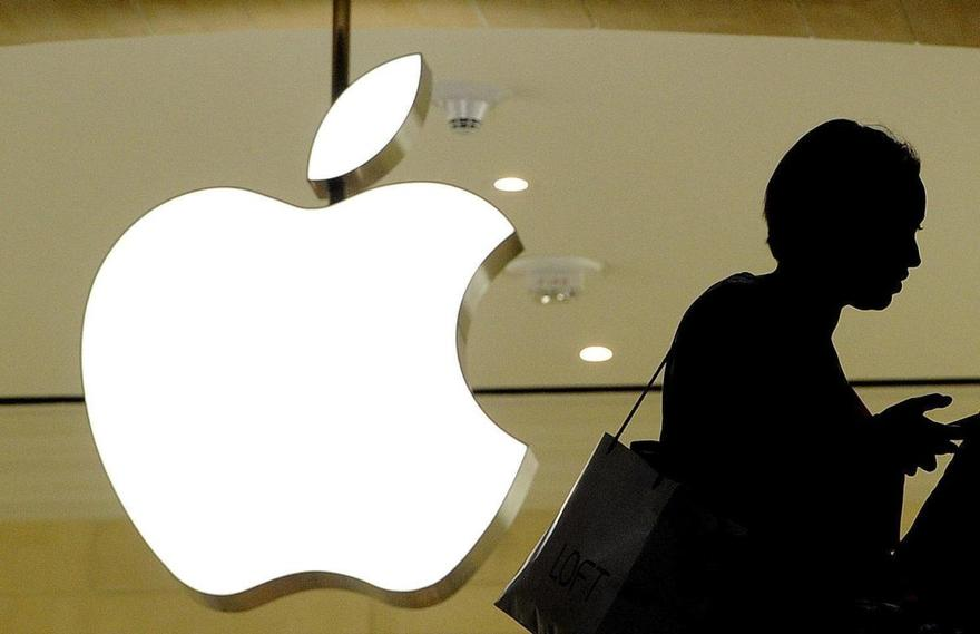 Il logo della Apple a New York (foto Justin Lane - Ap)