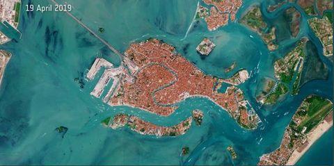 Cartina Satellitare Lombardia.Venezia Laguna Blu E Canal Grande Deserto Nelle Foto Dal Satellite Esa