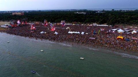 Jovanotti in spiaggia a Lignano, 45 mila persone per il