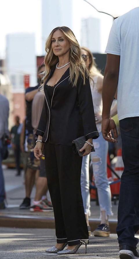 negozio online aec3d 1758a Sarah Jessica Parker in pigiama per le strade di New York ...