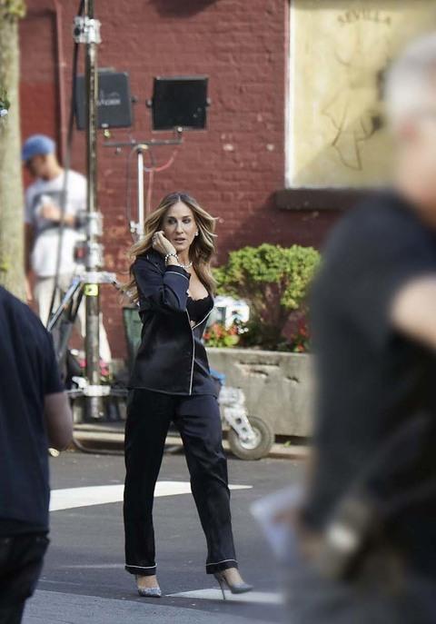 04d6bf0add Sarah Jessica Parker in pigiama per le strade di New York, Carrie ...