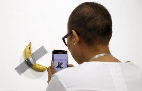 Maurizio Cattelan banana ile ilgili görsel sonucu