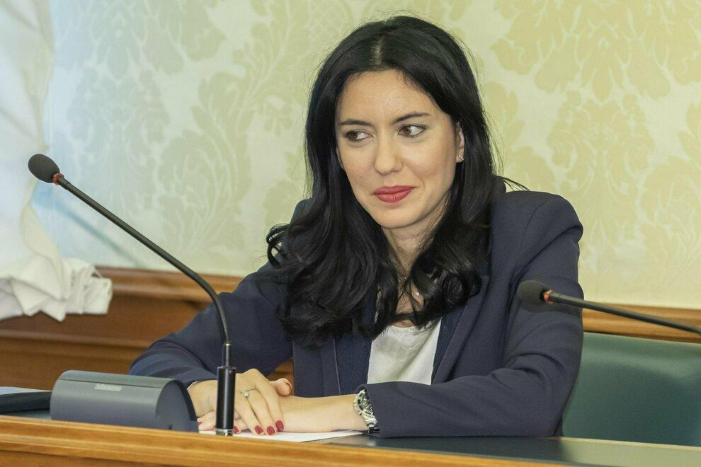 Scuola, Azzolina: «Oltre 2 milioni di nuovi banchi entro ottobre. Test  sierologici a campione agli studenti». Mattarella firma il decreto