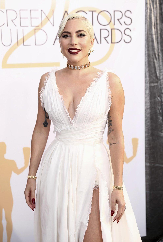 quality design 8bfbd fdbf8 Lady Gaga sexy in bianco, l'abito per i SAG Awards è super ...