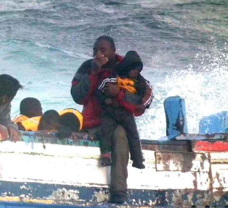 Migranti, due donne morte a Pantelleria Speroni: mitragliamoli come i  tunisini
