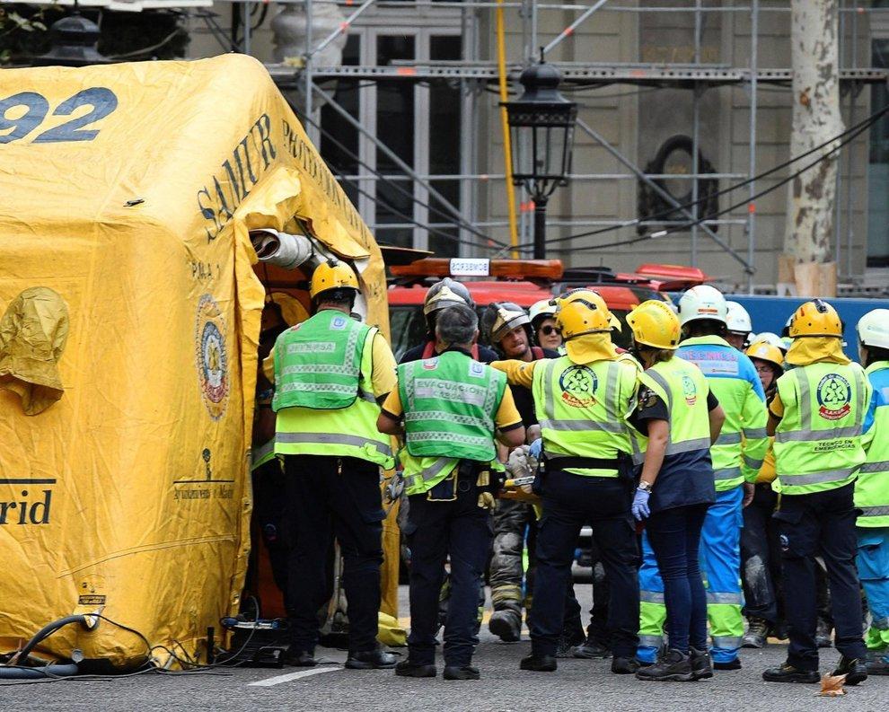 Paura a Madrid, crolla il sesto piano dell'Hotel Ritz: 12 operai feriti, uno morto