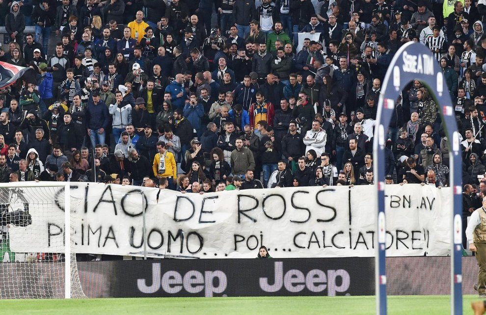I tifosi della Juventus omaggiano De Rossi: «Prima uomo, poi calciatore»