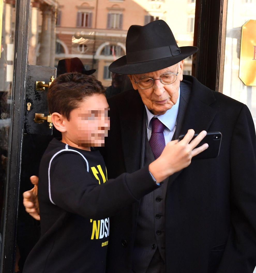 Napolitano Selfie Con Un Bimbo Ma La Foto Non Lo Convince