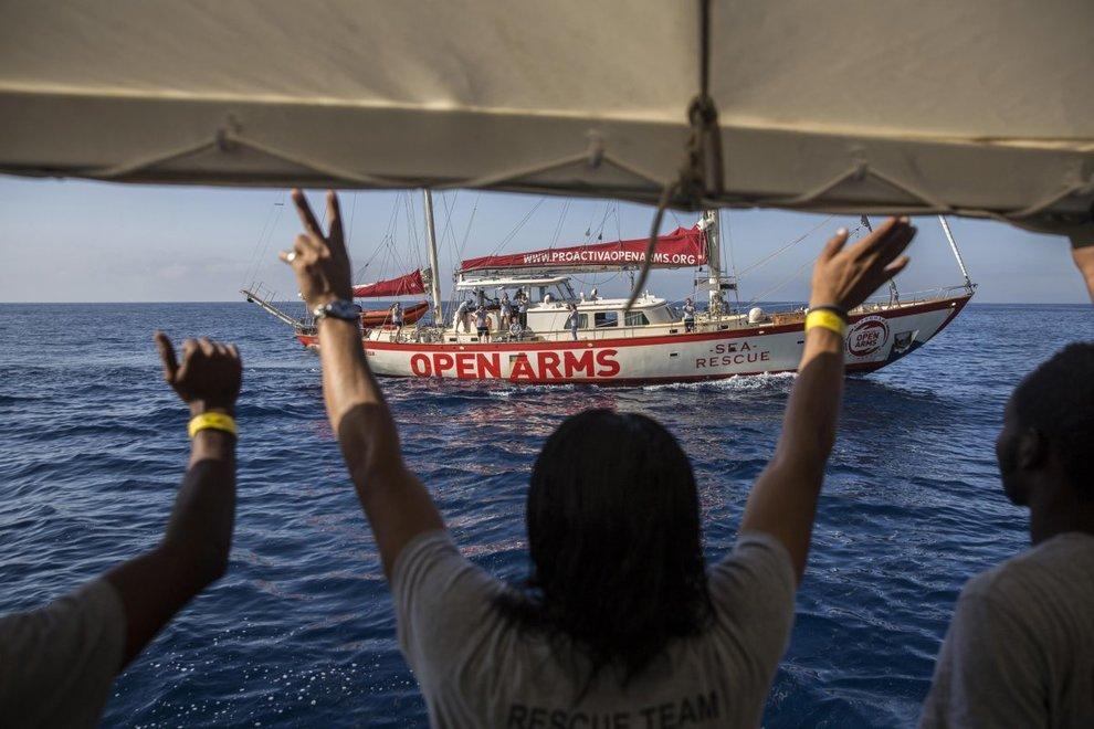 open arms fa rotta verso la spagna: «non ci fidiamo di salvini» - il messaggero
