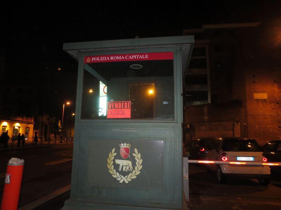 Piazza fiume il cartello vendesi sul gabbiotto dei for Vendesi monolocale roma