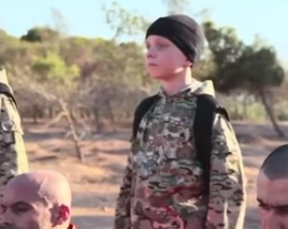 «Quello è mio figlio»: padre riconosce il suo bambino rapito e portato in Siria per giustiziare i curdi