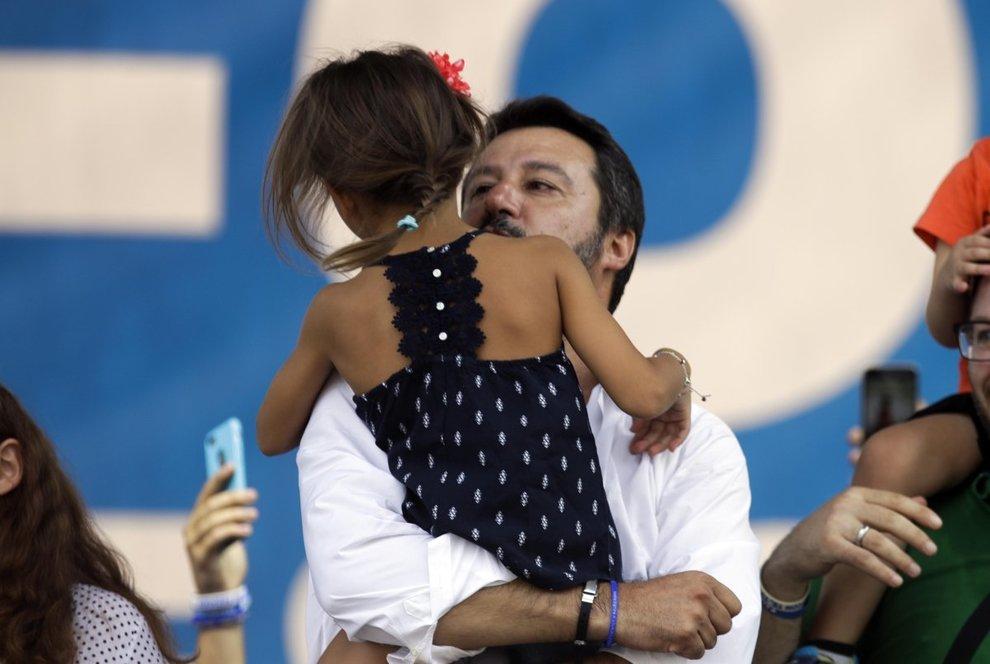 Politica italiana ed estera - Pagina 14 4736305_1807_pontida_salvini_chiude_comizio_con_una_bimba_di_bibbiano_sul_palco