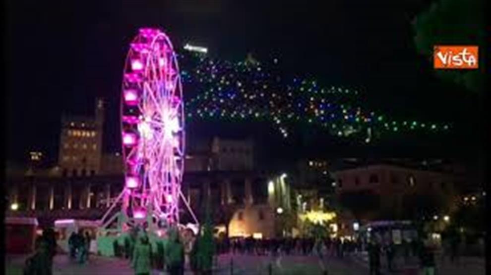 Albero Di Natale Gubbio.L Albero Di Natale Piu Grande Al Mondo A Gubbio Acceso Dallo Spazio