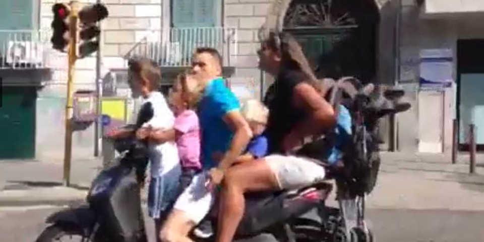 In 5 sullo scooter più un passeggino a Napoli, senza casco e alla ...