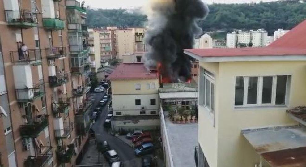 Napoli In Fiamme Il Deposito Di Giocattoli Evacuati Due