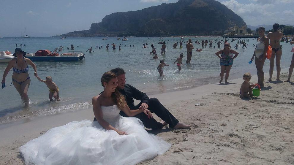 Matrimonio Spiaggia Palermo : Nozze in spiaggia il sì speciale della coppia tedesca a mondello