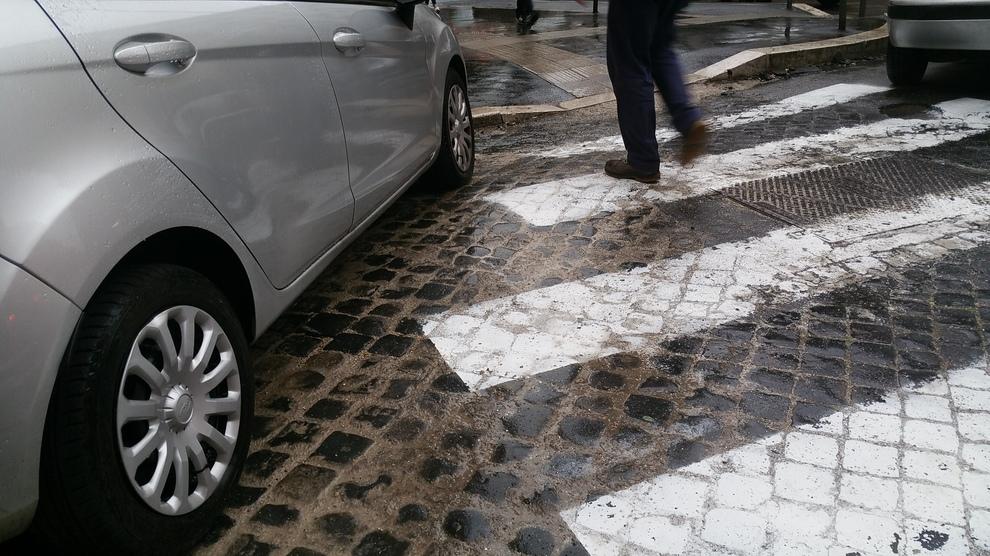 Dipingere Strisce Parcheggio : Roma il parcheggio è selvaggio e le strisce pedonali