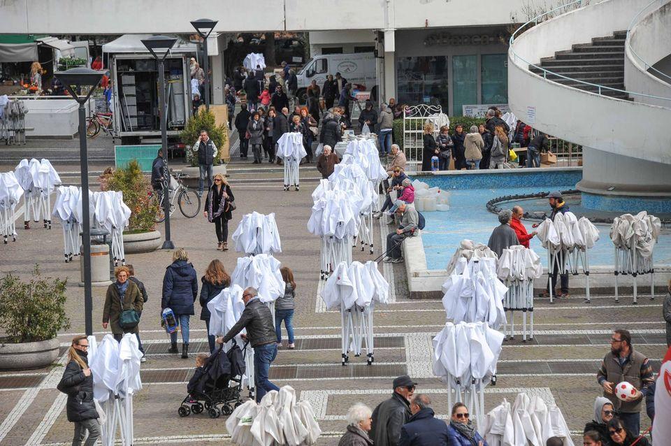 Roma, i vigili urbani bloccano il mercatino di Casal Palocco: si ...