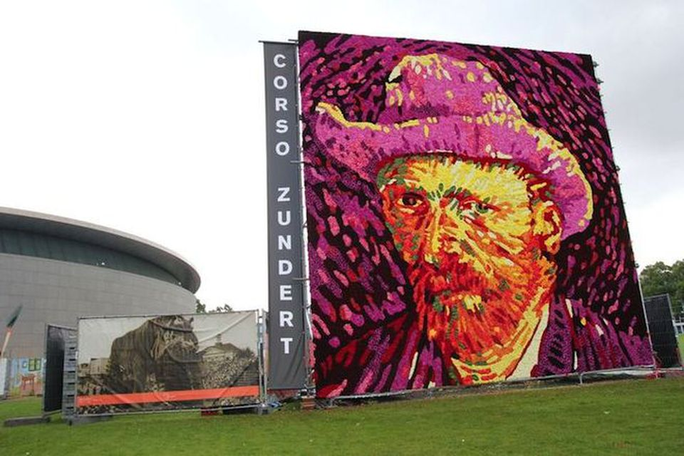 Amsterdam un quadro fatto con mila dalie per ricordare van gogh