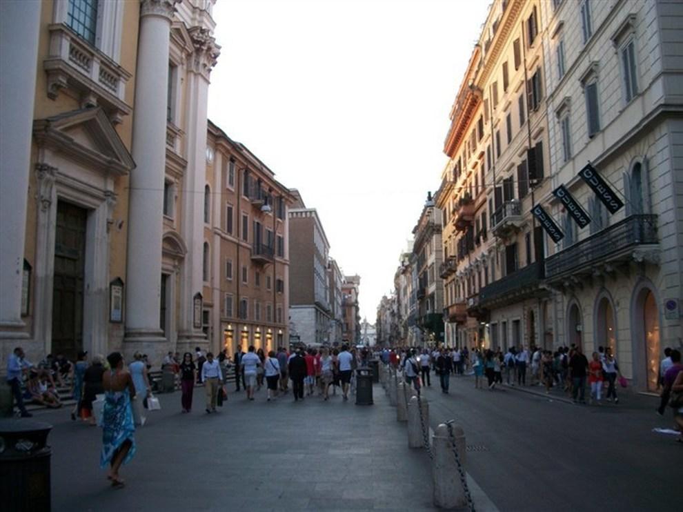 Roma incubo terrorismo e sosta selvaggia a via del corso for Mac roma via del corso