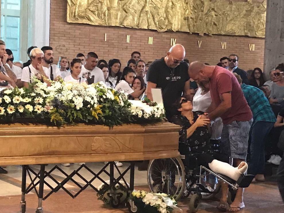Famoso Nettuno, lacrime e poesie ai funerali di Giulia, la 21enne morta  UC83