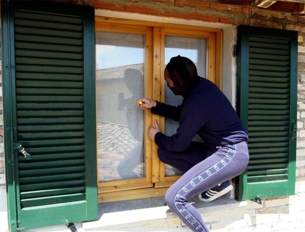 Risultati immagini per ladro che spia la finestra