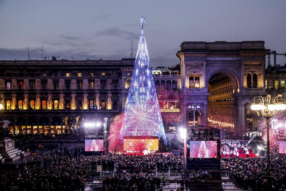 Albero Di Natale Milano 2020.Milano La Spettacolare Accensione Dell Albero Di Natale In Piazza Duomo