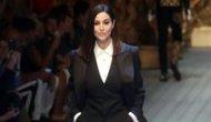 Monica Bellucci vestita da uomo alla sfilata di Dolce&Gabbana