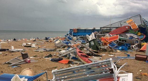 Maltempo nelle Marche, spiagge devastate. Un morto a Osimo: infarto durante la tempesta