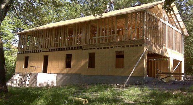 Costruisce una casa da sola seguendo i tutorial su You tube Foto Fb Cara Brookins