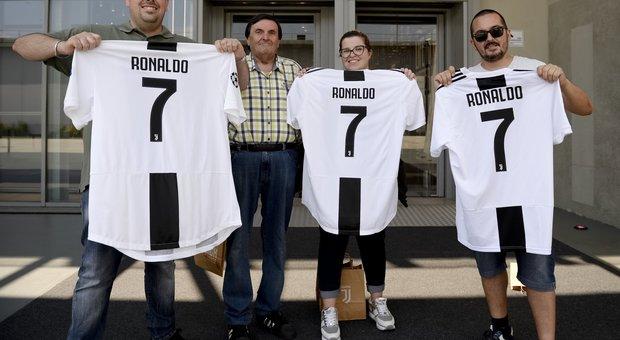 f607fce506 Ronaldo-mania a Milano: venduta una maglia al minuto. E il primo autografo  è per una bimba Foto