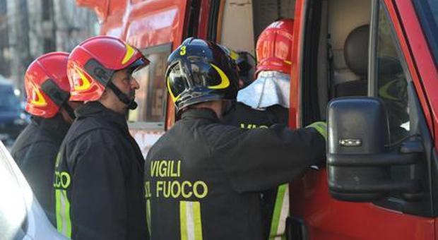 Albero su auto a piazza Bologna, illeso automobilista