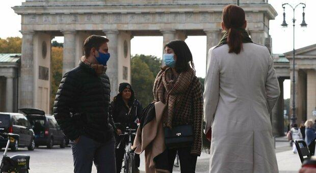 """Covid, ecco il """"motore"""" della pandemia: dagli asintomatici ai superdiffusori, così avvengono i contagi"""
