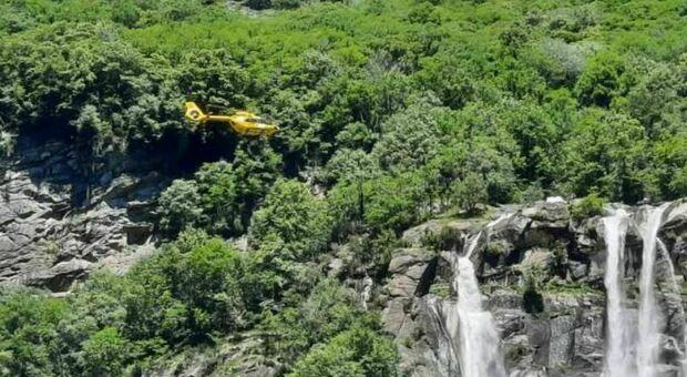 Sondrio, precipitano in una cascata: morta una donna di 42 anni, un 36enne ferito in modo grave