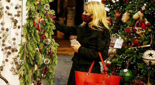 Natale, per i negozi aperture più lunghe per i regali
