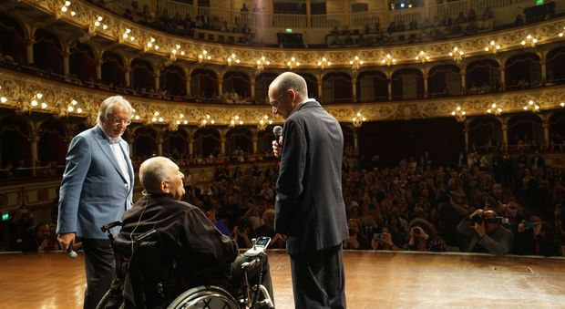 Bernardo Bertolucci al Petruzzelli di Bari tra Felice Laudadio (a sinistra) e Giuseppe Tornatore