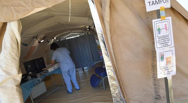 La tenda nel cortile del San Paolo dove gli esperti della Asl effettuano i tamponi (Foto Giobbi)