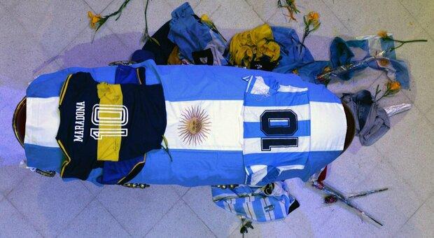 Maradona, licenziato dipendente pompe funebri per fotografia accanto alla bara