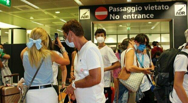 Turisti per la Grecia bloccati negli aeroporti: non hanno il Plf. Malta, rientrati 58 italiani dopo la quarantena