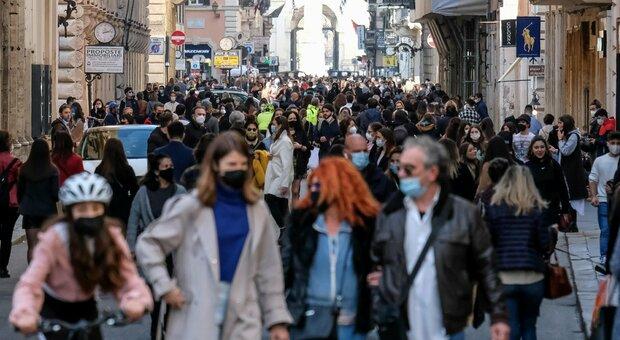 Zona gialla, folla in Centro a Roma e Napoli: chiusure in via del Corso, transenne sul lungomare
