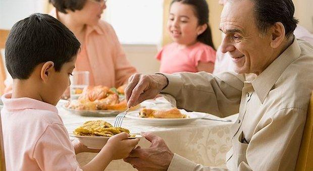 Alzheimer, dieci regole per l'alimentazione: dal piatto giusto alla musica