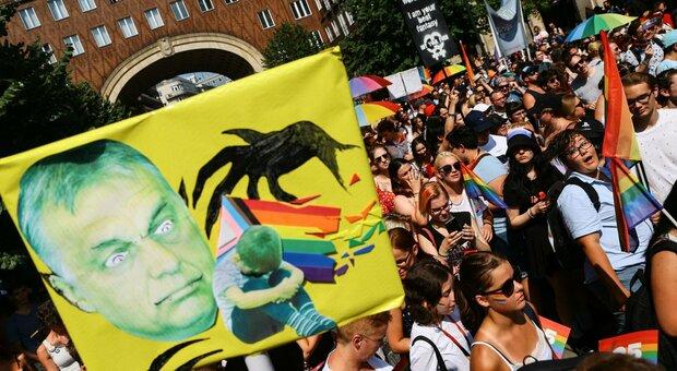Gay Pride, a migliaia per le strade di Budapest: slogan contro Orban. C'è anche delegazione italiana