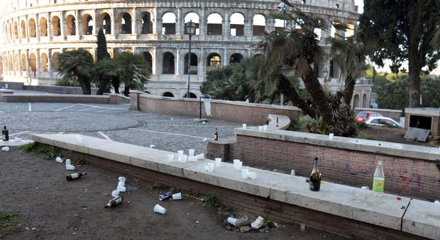 Roma il colosseo all 39 alba pieno di bottiglie e rifiuti e i giardini di piazza venezia - Giardini di bacco caltagirone ...