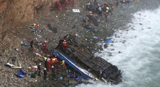 Perù, bus precipita dalla Curva del Diavolo: 48 morti