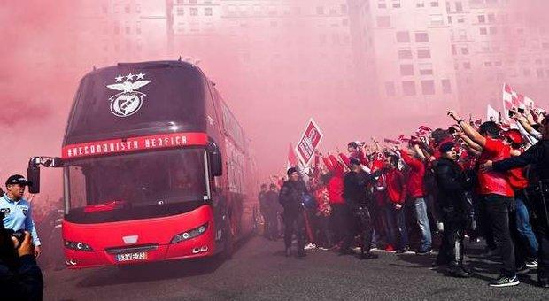 Partita a porte chiuse, ma i tifosi tirano pietre al pullman del Benfica: due giocatori feriti