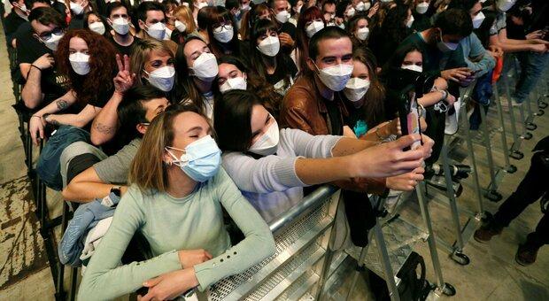Covid, primo concerto live a Barcellona: 5.000 sotto un palco dopo un test, sei positivi