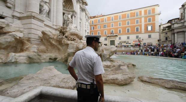 Sono Entrata Nel Bagno Degli Uomini : Roma ancora bagni a fontana di trevi due uomini bloccati mentre