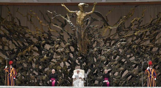 Papa Francesco: i cristiani veri non respingono i barconi e in piazza San Pietro la maxi statua resterà per sempre