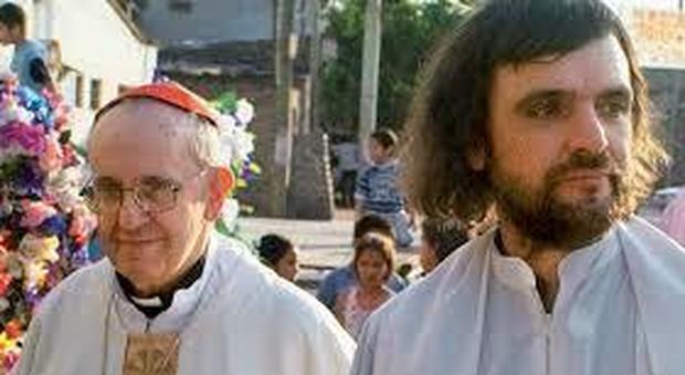 I preti argentini delle favelas difendono Papa Francesco, basta strumentalizzarlo per fini politici