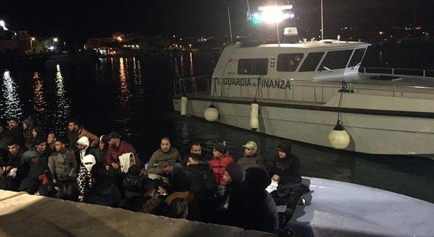 Migranti, due barche con 160 persone a bordo in difficoltà: Alarm Phone lancia Sos